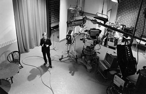 Timo T. A. Mikkonen TV-studiossa 6. toukokuuta 1971.