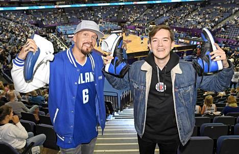 Keräilijät Brädi ja Scott Gold koripallon EM-kisojen Suomi–Kreikka- ottelussa.