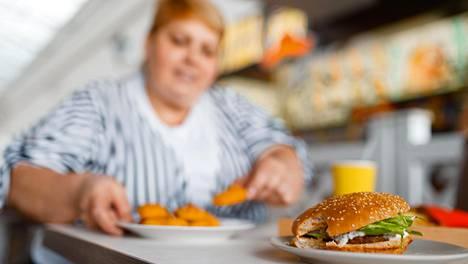 Suomalaista aikuisista noin neljännes on lihavia, ja melkein joka toisella on vyötärölihavuutta.
