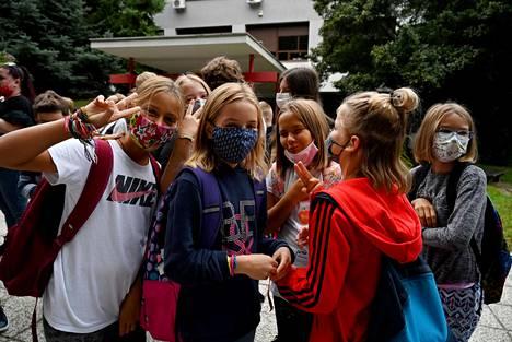 Kroatialaistytöt aloittivat maanantaina kouluvuotensa kasvomaskeilla suojautuneina Zagrebissa.
