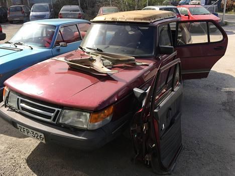"""Toivonen osti toisen rubiininpunaisen 1993-mallinen combicoupen varaosasiksi 200 eurolla. Varaosa-Saab sai nimen """"Sisko"""" ja luovutti Rubiinille muun muassa konepellin, sisäkaton, kuskinpenkin ja kaksi ulko-ovea."""