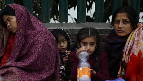 Suuri osa kaupungeissa asuvista nepalilaisista on näiden kathmandulaisten naisten ja lasten tapaan joutunut nukkumaan kohta jo kaksi yötä ulkona jälkijäristysten pelossa.