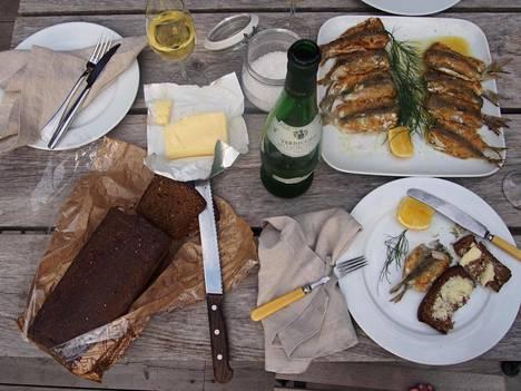 Nosta pöytään saaristolaisleipää – se kuuluu asiaan kun kyytipoikana on herkullisia silakoita.