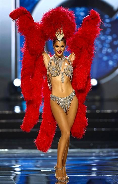Miss Ranska Iris Mittenrae kruunattiin Miss Universumiksi vuosi sitten. Iris edusti kotimaataan varsin niukassa kansallisasussa.