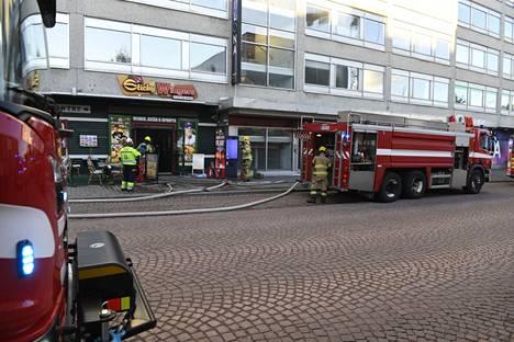 Palomiehet onnistuivat tyrehdyttämään palon ja estämään sen leviämisen keittiöstä asiakastiloihin.