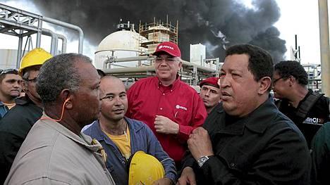 Venezuelan presidentti Hugo Chavez (oik.) keskusteli öljytyöläisten kanssa, kun hän vieraili palopaikalla sunnuntaina.