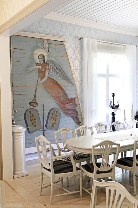 Enkelisalia koristaa laudoille maalattu enkeli, jonka Soilin täti pelasti Someron kirkon remontista 1970-luvun alussa.