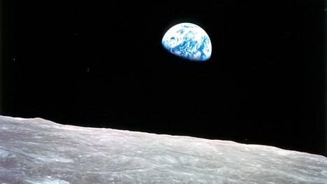 Astronautti Bill Andersin Apollo 8 -lennolla joulukuussa 1968 kuvaama Maan nousu.