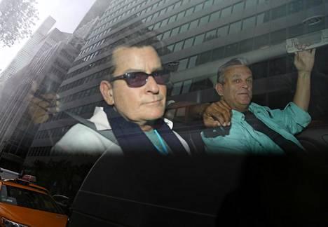 Paparazzit kuvasivat Charlie Sheenin matkalle hotelilleen New Yorkissa päivä kohuhaastattelun jälkeen.