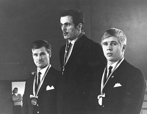 SM-kilpailujen höyhensarjan kolme parasta vuonna 1968. Vasemmalta Reima Ruokanen, mestari Kaarlo Lahti ja Ari Kurko.