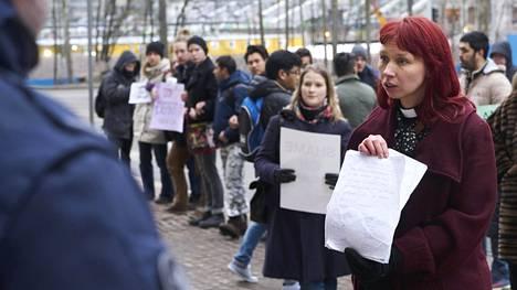 Marjaana Toiviainen (oik.) osallistui keväällä 2017 mielenosoitukseen, jossa vastustettiin afganistanilaisten turvapaikanhakijoiden pikapalautuksia.