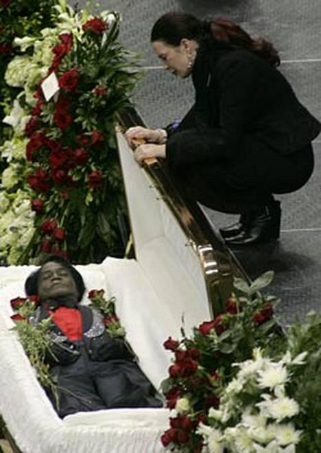 James Brownin avopuoliso Tomi Rae Hynie jätti viimeiset jäähyväiset elämänkumppanilleen siunaustilaisuudessa 30. joulukuuta.