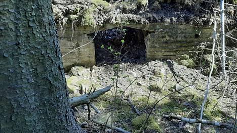 Tykkipatterin yhteydessä oleva tarvikevarasto on romahtanut.
