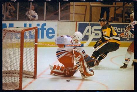 Lemieux ohitti New York Rangersin Mike Richterin tähän tapaan.