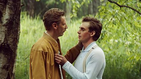 Tom of Finland -elokuvan ensi-ilta oli helmikuussa. Touko Laaksosta elokuvassa näyttelee Pekka Strang, ja hänen rakastettuaan Veljeä esittää Lauri Tilkanen.