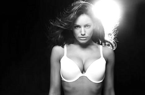 Kelly Brook esittelee rintaliivejä, joita kutsutaan 2000-luvun ratkaisuksi riippuville rinnoille.