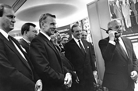 Neuvostoliiton kommunistisen puolueen pääsihteeri Mihail Gorbatsov (oik.) soittaa puhelun Kremliin Nokian Cityman 900 matkapuhelimella 26.10.1989. Presidentti Koiviston (keskellä) mukana tilannetta todistavat toimitusjohtaja Timo Relander, ulkoministeri Kalevi Sorsa ja pääministeri Harri Holkeri.
