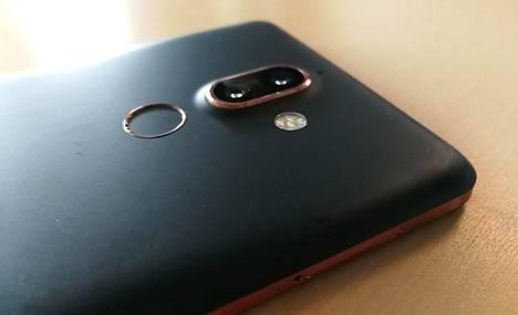 Nokia 7 Plusissa on sama kamera kuin Nokia 8 Siroccossa. Sen kaksi linssiä muodostavat pienen kamerakyttyrän Plusin selkään.