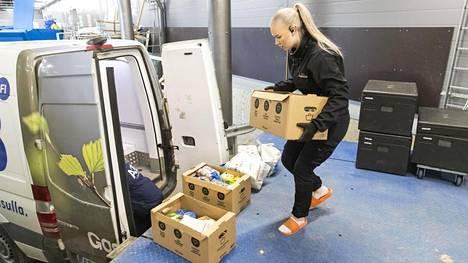 Helmi Nisula painaa pitkää päivää Helsingin Pasilan Triplan K-supermarketissa. Nettikaupan tilausten kasvu on ollut viime päivinä eksponentiaalista.