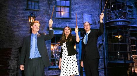 Harry, Catherine ja William vierailivat huhtikuussa Warner Brosin studioilla Lontoossa ja Harry Potter -leffojen lavasteissa.