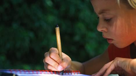 Onko nykylapsilla liikaa läksyjä? Kuvituskuva.