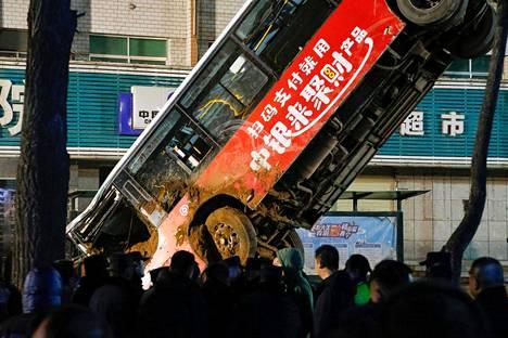 Bussia nostetaan vajoamasta.