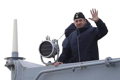 Venäläinen merisotilas heilutti lähtiessään kotimatkalle.
