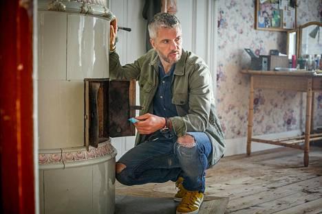 Sarjan keskeiseen poliisin rooliin astuu Mustamaalattu-sarjasta tuttu norjalainen Nicolai Cleve Broch.