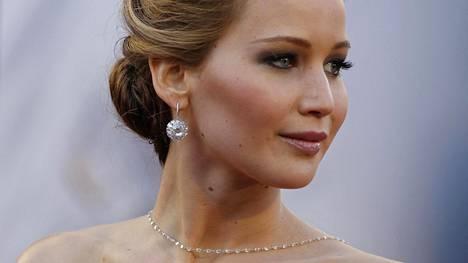 Näyttelijä Jennifer Lawrencen rennosta ja yksinkertaisesta nutturasta voi ottaa mallia. Sen sijaan tumman silmämeikin voi jättää vähemmälle.