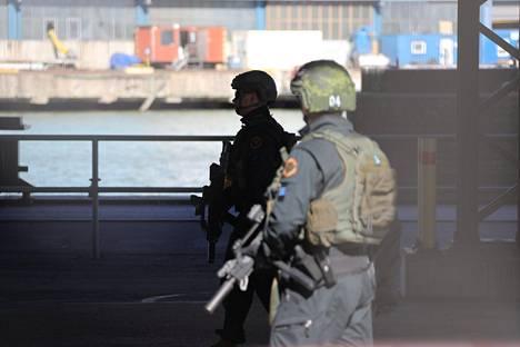 Länsisatamassa oli noin viisi poliisipartiota, poliisista kerrottiin eilen.