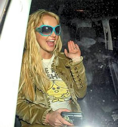 Britney Spearsin vihreä pusakka pisti luun kurkkuun tyylinikkareille.