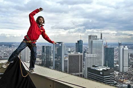 Itävaltalainen Reinhard Kleindil temppuilee frankfurtilaisen Tower 185:n katolla. Kleindil aikoo kävellä rakennuksen kahden tornin välille viritetyllä nuoralla paikalla järjestettävällä festivaalilla toukokuun 25. päivä.