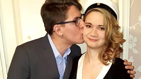 Ylihärmäläinen Laura Ristimäki rakastui netissä saksalaiseen Phillippiin, kun hän oli lukiossa. Vuonna 2016 Laura pääsi ylioppilaaksi, ja onnittelemassa oli oma poikakaveri.