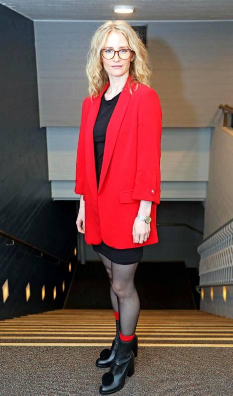 Malla Malmivaara näyttelee elokuvassa Virran vaimoa Irene Virtaa. Malmivaara kertoo itsevarman Irenen tarinan inspiroineen häntä. Irene pysyi Olavin rinnalla pitkään alkoholismista ja toisista naisista huolimatta, kunnes lopulta sai tarpeekseen ja muutti lasten kanssa Ruotsiin.