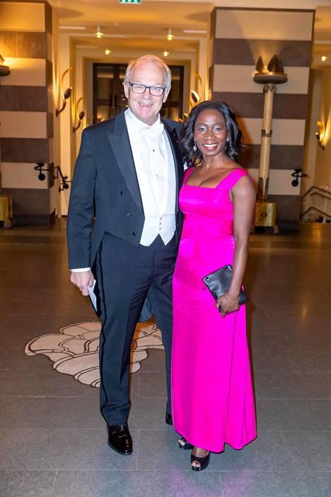 Pinkki oli Tukholmassa yhtä yllätyksellinen väri kuin viime viikolla Suomessa Presidentinlinnassa. Lennart Persson ja Nyamko Sabuni.