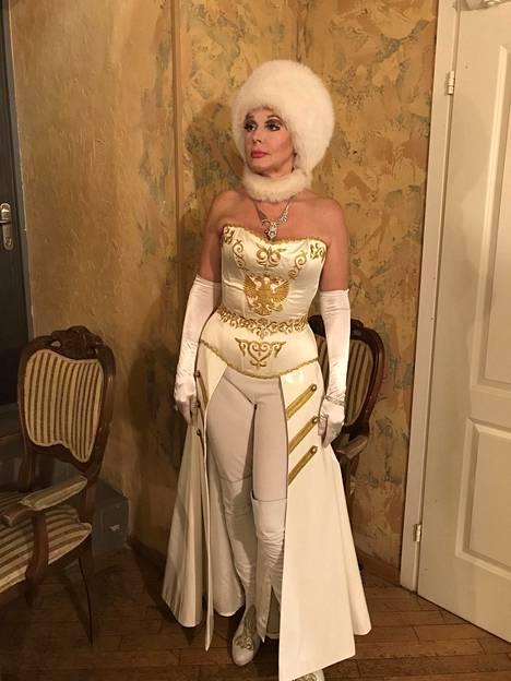 Elena Kondulainen poseerasi IS:lle Katariina Suuren rooliasussaan moskovalaisen Luna-teatterin väliajalla syyskuun lopulla.