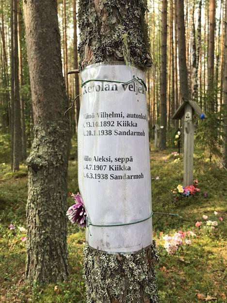 Sandarmohissa on lukuisia suomalaisille Stalinin uhreille omistettuja muistokylttejä ja sukulaisten tuomia vaatimattomampia lappusia. Tässä lapussa kunnioitetaan Ketolan veljeksiä, jotka Neuvostoliiton salainen poliisi teloitti 1938.