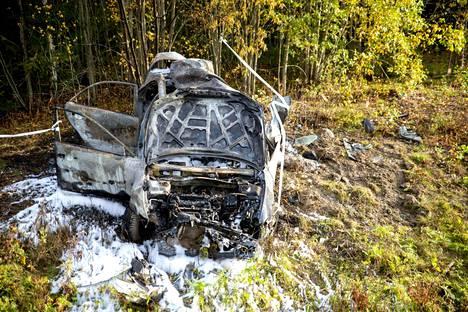 Vaurioitunut auto onnettomuuspaikalla Vaasassa 8. lokakuuta 2020. Neljä 13-vuotiasta loukkaantui pahassa ulosajossa, jossa autolla oli nopeutta arviolta 140 kilometriä tunnissa turman sattuessa. Kaikki neljä vietiin sairaalaan.