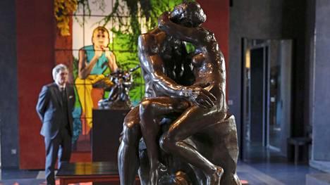 Meklari Alexandre Giquello ihailee Suudelma-veistoksen pronssivalosta Pariisissa.