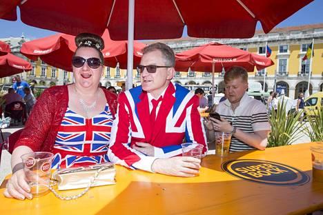 Englantilaiset Michelle ja Phil Harrion kertovat ihastuneensa Saara Aallon tarinaan X Factoria seuratessa.