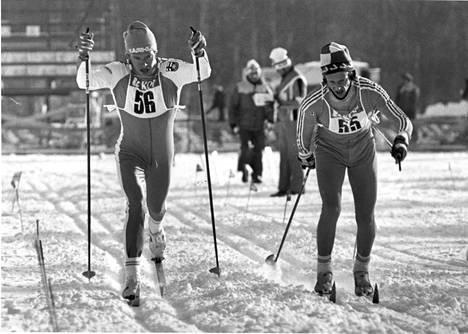 Harri Kirvesniemi (vas.) oli hyvässä vedossa jo talvella 1981, ja kesällä syntyi sivulajissa 3000 metrillä aika 8.10,0. Se on huippuhiihtäjien epävirallinen Suomen ennätys.