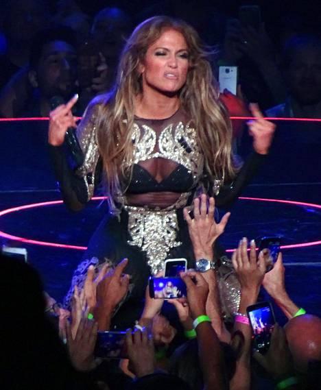 J.Lo näytti yleisölle raivoisasti keskisormiaan.