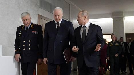 Presidentti Vladimir Putin kuvattuna yhdessä tutkintakomitean johtajan Aleksandr Bastrykinin (kesk) ja sisäministeri Vladimir Kolokoltsevin (vas) kanssa helmikuussa.