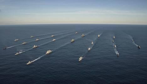 """Naton Trident Juncture 18 -sotaharjoitukseen osallistuneita eri valtioiden sota-aluksia kuvattuna Norjanmerellä marraskuun alussa. Rusvesna.su-sivuston mukaan Venäjä osoitti jo 2017, kuinka se pystyy sekoittamaan yhdysvaltalaisten sota-alusten paikannusjärjestelmät """"salaisella häirintäaseellaan""""."""