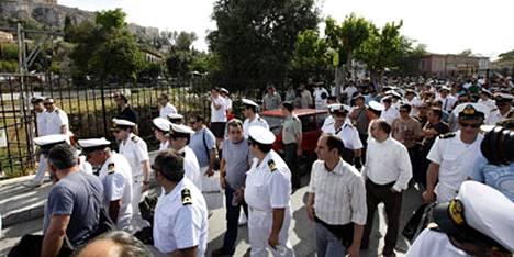 Kreikan laivaston upseerit osoittivat maanantaina mieltään palkanalennuksia vastaan. Tänään lakossa ovat julkisen sektorin työntekijät.