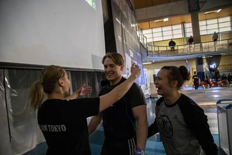 Eero Retulainen sai onnittelut Suomen ennätyksestään treenikaveri Katariina Varikselta ja kihlatultaan Saara Leskiseltä.