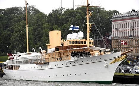 Kuningattaren Dannebrog -alus lipui Helsingin Eteläsatamaan perjantaina.