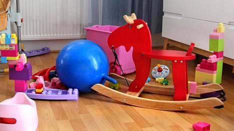 Lastenhuoneen kaaoksen voi kesyttää tunkemalla lelut sängyn alle.