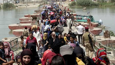 Tuhannet ja taas tuhannet ihmiset pakenevat Isisin tieltä. Kuvassa Ramadin kaupungin sunniasukkaat pakenivat, kun Irakin armeija joutui antautumaan järjestölle. Nyt Isis säännöstelee rajulla kädellä kaupungin pohjoispuolen kaupunkien vedensaantia.