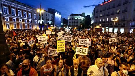Madridissa vastustettiin keskiviikkoiltana homofobista väkivaltaa siitä huolimatta, että Madridissa sunnuntaina raportoitu hyökkäys osoittautui keksityksi.